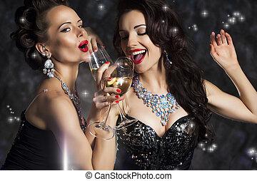feliz, rir, mulheres, bebendo, champanhe, e, cantando, xmas,...