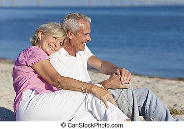 feliz, romántico, pareja mayor, el sentarse junto, en, playa