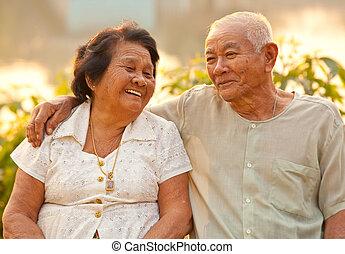 feliz, sênior, ao ar livre, par, sentando