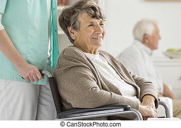 feliz, sênior, em, cadeira rodas