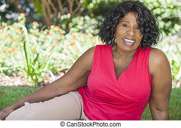 feliz, sênior, mulher americana africana