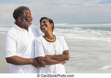 feliz, sênior, par americano africano, ligado, praia