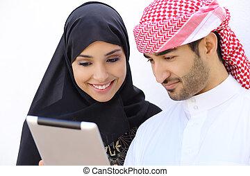 feliz, saudí, árabe, pareja, mirar a, tableta, juntos