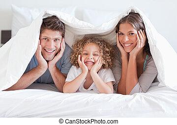feliz, sob, posar, família, duvet