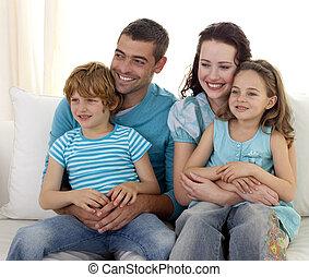 feliz, sofá, junto, família, sentando
