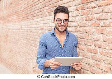 feliz, tabuleta, jovem, computador, leitura, homem