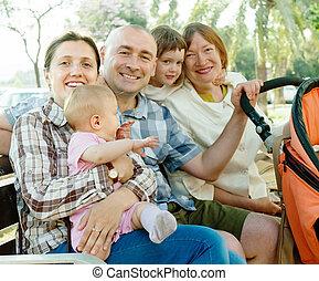 feliz, tres generaciones, familia , sentado, en el estacionamiento
