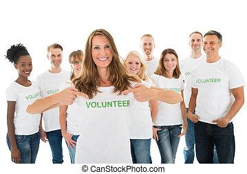 feliz, tshirt, texto, voluntario, actuación, mujer