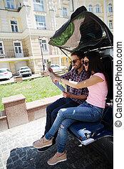 feliz, turista, hombre y mujer, en coche