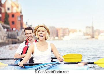 feliz, turistas, em, um, canoa