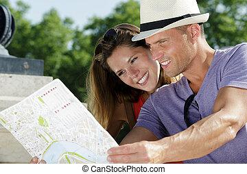 feliz, turistas, pareja, mapa, tenencia