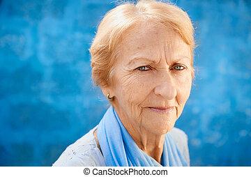 feliz, viejo, rubio, mujer que sonríe, y, mirar cámara del juez