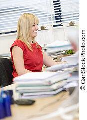 felizmente, mujer, ella, trabajando, escritorio