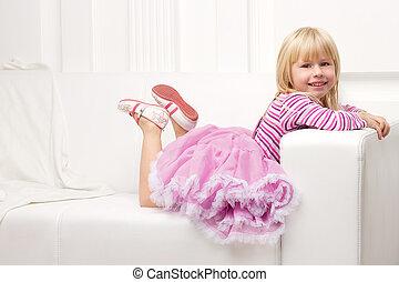 felizmente, sofá, pequeno, posar, menina