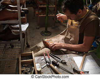 felnőtt, ember, dolgozó, alatt, egy, cipő gyár