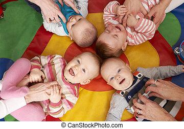 felső kilátás, közül, kisbabák, having móka, -ban, gyermekszoba, playgroup