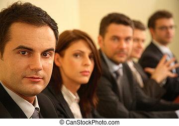 fem, affärspersoner, hos, a, konferens, -, stående