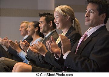 fem, businesspeople, applådera, och, le, in, presentation,...