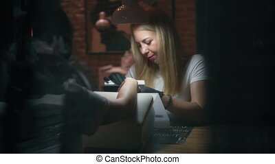 femaile, spijker, meester, in, spijker, salon, doen, manicure, gebruik, spijker, files., behandeling, in, beauty, salon., manicure, werkende , in, dame, schoonheidsmiddel, salon