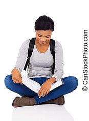 female afrikan, högskola studerande, läsning en boka
