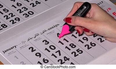 Female hand underscore 4 calendar day with pink marker and write free day