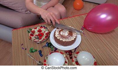 Female start slicing birthday party cake