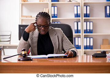 femelle noire, avocat, dans, tribunal