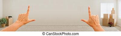 femelle transmet, encadrement, mur blanc, dans, salle vide, à, en mouvement, boîtes, banner.