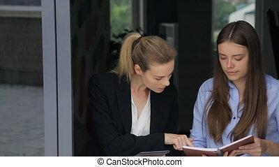 femelles, bureau, business, deux, discuter, corridor., questions