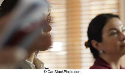 femelles, divers, closeup, écoute, orateur, attentivement