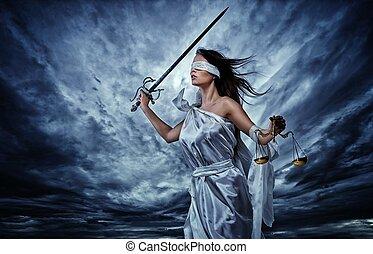 femida, déesse, de, justice, à, balances, et, épée, porter, bandeausur les yeux, contre, dramatique, ciel orageux