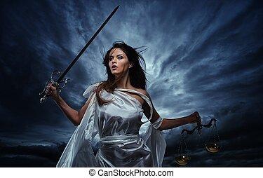 femida, göttin, von, gerechtigkeit, mit, waage, und, schwert, gegen, dramatisch, stürmischer himmel
