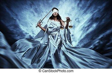 femida, göttin, von, gerechtigkeit, mit, waage, und, schwert, tragen, augenbinde, gegen, dramatisch, stürmischer himmel