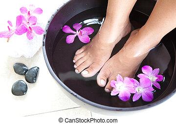 feminina, pés, em, pé, spa, tigela, com, orquídeas