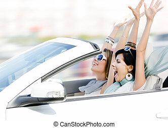 femininas, amigos, em, a, cabriolé, com, mãos cima