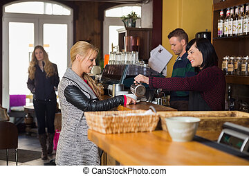 femininas, bartender, servindo, café, para, mulher