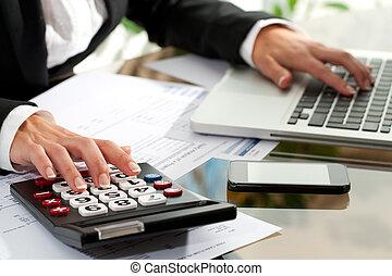 femininas, calculadora, trabalhando, mãos