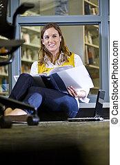 femininas, chão, estudar, biblioteca, estudante universitário