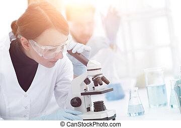 femininas, cientistas, olhar, um, microscópio