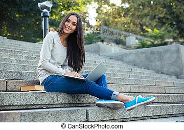 femininas, computador laptop, estudante, ao ar livre, usando