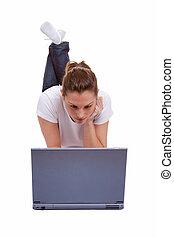 femininas, deitando-se, trabalhar, um, laptop