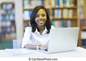 femininas, estudante universidade, africano, usando computador portátil