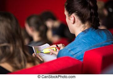 femininas, estudante universidade, sentando, classe, notas levando