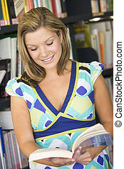 femininas, estudante universitário, leitura, em, um, biblioteca