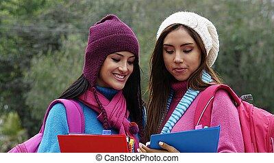 femininas, estudantes, tempo frio