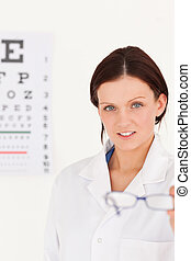 femininas, oculista, mostrando, óculos