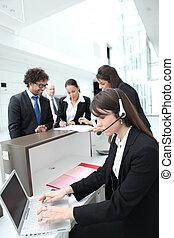 femininas, recepcionista, usando, um, headset, e, computador...