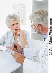 femininas, sênior, paciente, visitando, um, doutor
