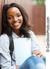 femininas, sentando, africano, estudante universitário, ao ar livre