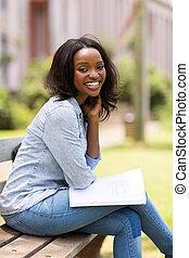 femininas, sentando, parque, estudante universitário, africano